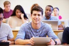 Męski student uniwersytetu Używa Cyfrowej pastylkę W wykładzie Zdjęcie Royalty Free