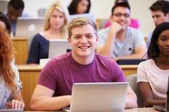 Męski student uniwersytetu Używa laptop W wykładzie Fotografia Royalty Free