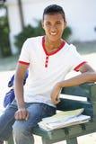 Męski studenta collegu obsiadanie Na ławce Z plecakiem Obrazy Royalty Free