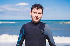 Męski surfingowiec plaży stylu życia portret Mężczyzna w wetsuit blisko morza lub oceanu Obraz Royalty Free
