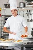 Męski szef kuchni Przedstawia makaronu naczynie Zdjęcia Royalty Free