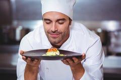 Męski szef kuchni z oczami zamykającymi wąchający jedzenie Obrazy Stock