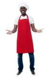 Męski szef kuchni zaprasza przy restauracją Obrazy Stock