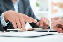 Męski szef poleca że jego pracownika znak kontrakt w biurze Biznesowego mężczyzna punkty miejsce dokąd ja jest zdjęcie stock