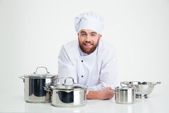 Męski szefa kuchni kucharza obsiadanie przy stołem z naczyniami Obrazy Stock