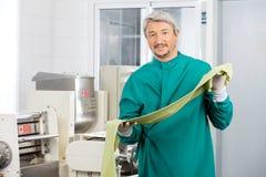 Męski szefa kuchni mienia zieleni spaghetti makaronu prześcieradło Obok Obraz Stock