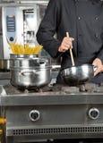 Męski szefa kuchni narządzania spaghetti Zdjęcie Stock