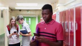 Męski szkoła średnia uczeń Znęcać się wiadomością tekstową W korytarzu zbiory