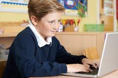 Męski szkoła podstawowa uczeń Używa laptop W komputer klasie Obrazy Stock