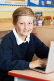 Męski szkoła podstawowa uczeń Używa laptop W komputer klasie Fotografia Royalty Free