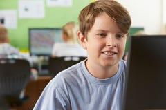 Męski szkoła podstawowa uczeń W komputer klasie Zdjęcie Stock