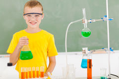 Męski szkoła podstawowa uczeń w lab Obraz Royalty Free