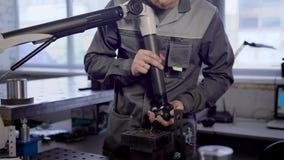 Męski technik jest sprawdzać ilość skończony i kontrolujący - produkty roślina w laboratorium, pomiarowi parametry zbiory wideo