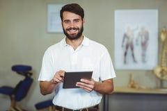 Męski terapeuta trzyma cyfrową pastylkę w klinice Obraz Royalty Free
