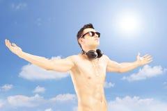 Męski turysta rozprzestrzenia jego gestykulować i ręki z speakerphones Fotografia Royalty Free
