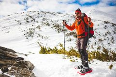 Męski turysta w śnieżnych karplach Fotografia Royalty Free