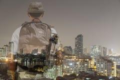 Męski turysta z Tylną pakowacz pozycją i przyglądający miasto, kopia Obraz Royalty Free