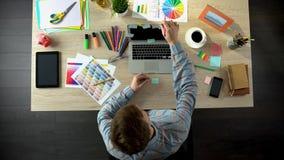 Męski twórca pisze puszkowi na majcherach i stawia laptop jego planach i celach zdjęcia royalty free