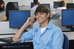 Męski uczeń Komunikuje Na telefonie komórkowym Obraz Stock
