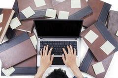 Męski uczeń pisać na maszynie na notatnika laptopie Zdjęcia Royalty Free