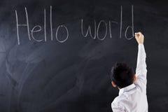 Męski uczeń pisze teksta świacie Cześć Zdjęcie Royalty Free