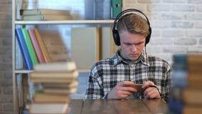 Męski uczeń podczas online uczenie kursu zdjęcie wideo