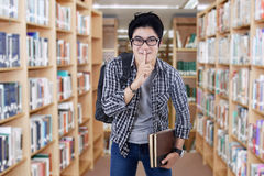 Męski uczeń robi cisza znakowi obrazy stock
