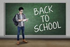 Męski uczeń z powrotem szkoła i use pastylka Zdjęcia Stock