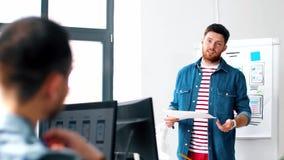 Męski ui projektant pokazuje interfejs użytkownika przy biurem zdjęcie wideo
