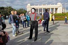 Męski uliczny artysta przy festiwalu ` ` w parkowym Gorkogo przy miasto dniem w Moskwa Jaskrawymi ludźmi Fotografia Stock