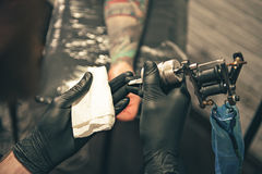 Męski utrzymuje instrument w rękach fotografia stock