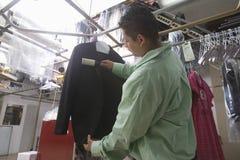 Męski właściciel Szczotkuje Nad kurtką W pralni Zdjęcie Stock