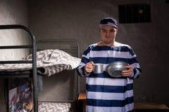 Męski więzień jest ubranym więzienia mienia jednolitego aluminium rozdaje i Zdjęcia Royalty Free