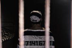Męski więzień jest ubranym więzienie mundur z szył jego liczbę stan Obraz Stock