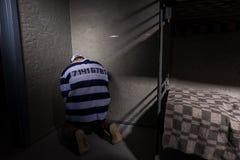 Męski więzień siedzi w kącie w małej cela więziennej Obrazy Stock