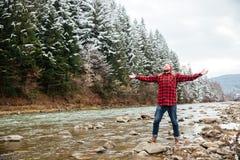 Męski wycieczkowicz ma zabawę na rzece Zdjęcie Royalty Free