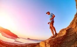 Męski wycieczkowicz, podróżnik biega na trailagainst niebieskim niebie i morzu Zdjęcie Stock