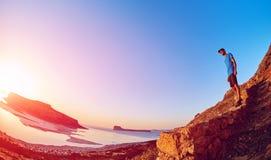 Męski wycieczkowicz, podróżnik biega na trailagainst niebieskim niebie i morzu Fotografia Stock