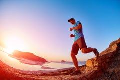 Męski wycieczkowicz, podróżnik biega na trailagainst niebieskim niebie i morzu Obraz Stock
