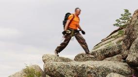Męski wycieczkowicz w górach zbiory