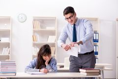 Męski wykładowca daje wykładowi żeński uczeń obraz stock
