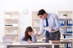Męski wykładowca daje wykładowi żeński uczeń zdjęcie stock