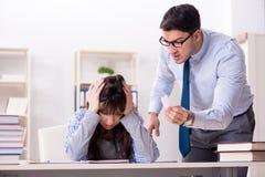 Męski wykładowca daje wykładowi żeński uczeń zdjęcia stock