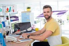 Męski wykonawczy działanie na komputerze przy biurkiem Zdjęcia Stock