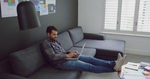 Męski wykonawczy działanie na laptopie w nowożytnym biurze 4k zbiory
