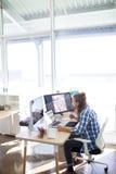 Męski wykonawczy działanie przy jego biurkiem Obraz Royalty Free
