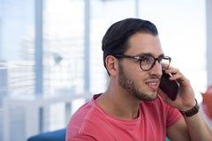 Męski wykonawczy opowiadać na telefonie komórkowym Zdjęcia Stock