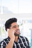 Męski wykonawczy opowiadać na telefonie komórkowym Obraz Royalty Free