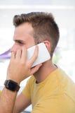 Męski wykonawczy opowiadać na telefonie komórkowym Obrazy Stock