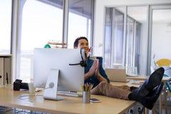 Męski wykonawczy relaksować przy jego biurkiem Zdjęcie Stock